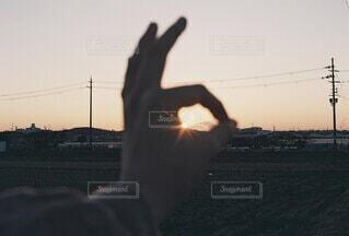 帰り道の夕陽の写真・画像素材[4780116]