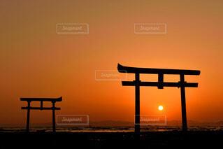 大魚神社の海中鳥居と日の出の写真・画像素材[4705554]