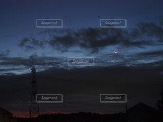 夜明け前に浮かぶ細い月の写真・画像素材[4801945]