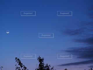 自然,風景,空,雲,月,朝空,地球照,ブルーアワー,スマイルムーン,月齢28,日の出まえ