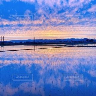 風景,空,夕日,屋外,湖,雲,青,夕焼け,夕暮れ,水面,夕方,田舎,反射,日没,港,田んぼ,夕陽,うろこ雲,日の入,ウユニ塩湖風