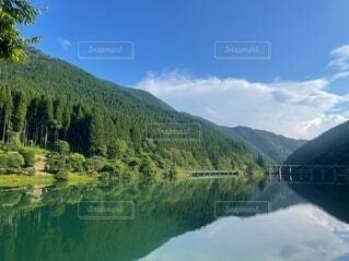 流れの穏やかな大きな川の写真・画像素材[4707538]
