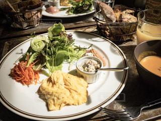 テーブルの上に食べ物のプレートの写真・画像素材[1179213]