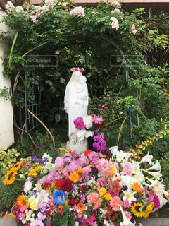 テーブルの上の花の花瓶の写真・画像素材[1197747]