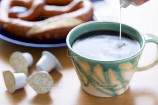 テーブルの上のコーヒー カップの写真・画像素材[1249443]
