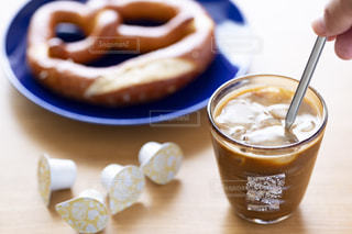 テーブルの上のコーヒー カップの写真・画像素材[1250938]