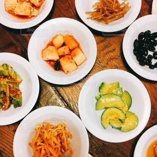 皿の上の料理の多くの種類の完全なテーブルの写真・画像素材[1041618]