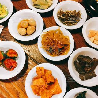 皿の上の料理の多くの種類の完全なテーブルの写真・画像素材[1041625]
