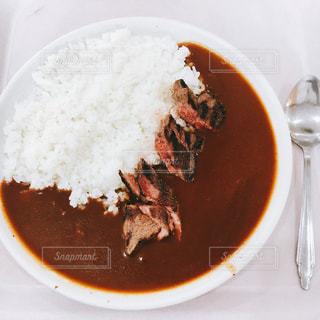 近くにプレートの上に食べ物のボウルのアップの写真・画像素材[1041641]