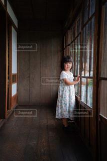 こちらを見つめる女の子の写真・画像素材[4708045]