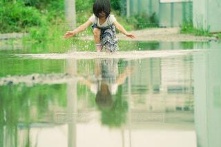自分がうつる水溜りの写真・画像素材[4708051]