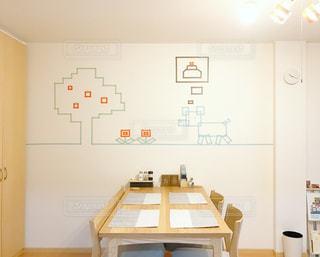部屋のテーブル付きのキッチンの写真・画像素材[1008283]