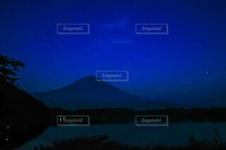 静寂な湖と富士山の写真・画像素材[4759307]