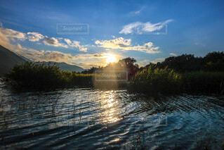 夕暮れどきの本栖湖の写真・画像素材[4815225]