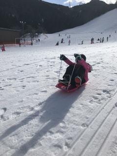 雪に覆われた斜面をスキーに乗っている人のグループの写真・画像素材[950253]