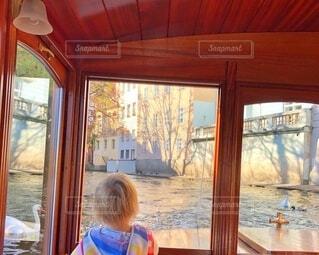 船上から川を眺める子の写真・画像素材[4726425]