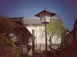 建物の側に街灯がある家の写真・画像素材[4797669]