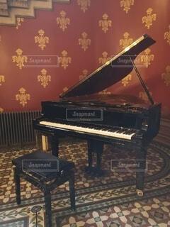 ピアノと椅子の写真・画像素材[4738866]