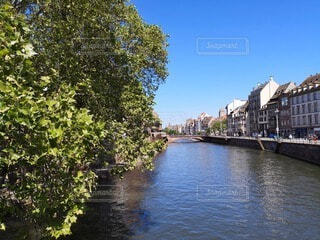 川沿いのヨーロッパの町並みの写真・画像素材[4740772]