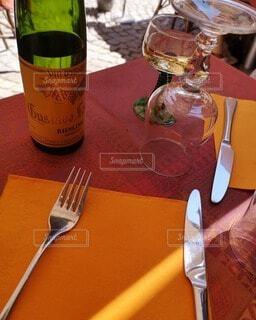 テーブルの上にある食器とワインボトルの写真・画像素材[4744188]