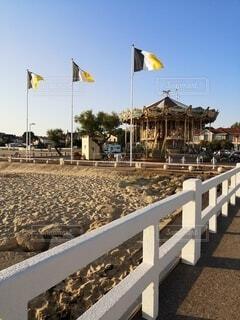 ビーチにあるメリーゴーランドの写真・画像素材[4747499]