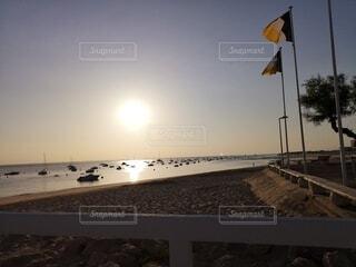 砂浜から見る朝日の写真・画像素材[4747509]