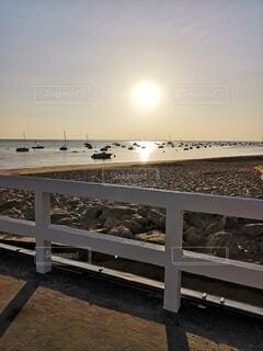 柵の向こうには海の写真・画像素材[4747511]