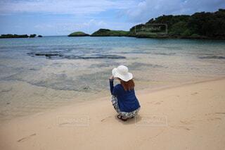 ビーチに座っている人の写真・画像素材[4749243]
