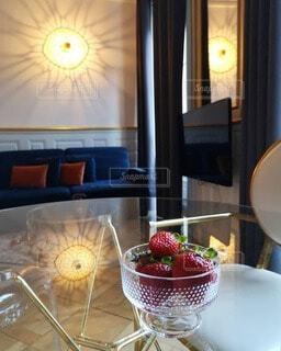 テーブルの上の苺の写真・画像素材[4752416]