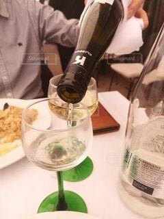 ワインを注いでいるところの写真・画像素材[4768465]