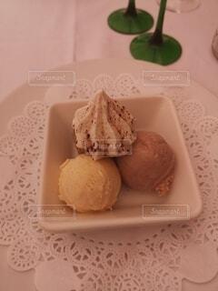 皿の上の3色アイスの写真・画像素材[4768468]