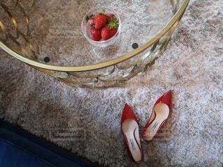 赤い靴と赤い苺の写真・画像素材[4771231]