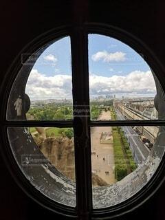 窓から見るパリの町並みの写真・画像素材[4771253]