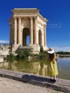 歴史的建造物を見ている女性の写真・画像素材[4786411]