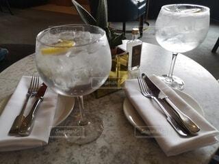 テーブルの上のジントニックの写真・画像素材[4789324]