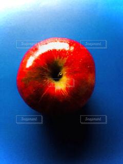テーブルの上のりんごの写真・画像素材[4790439]