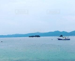 大きな水域に小さなボートの写真・画像素材[4733816]