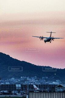 夕焼けと飛行機の写真・画像素材[4725489]