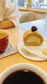 コーヒーロールケーキとチャイの写真・画像素材[4941981]