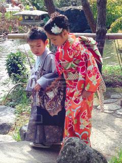草の中に立っている小さな男の子の写真・画像素材[849519]