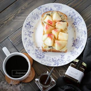 桃とゴルゴンゾーラのチーズトーストの写真・画像素材[4733247]