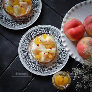 手作りパンで桃とパイナップルのオープンサンドの写真・画像素材[4782363]