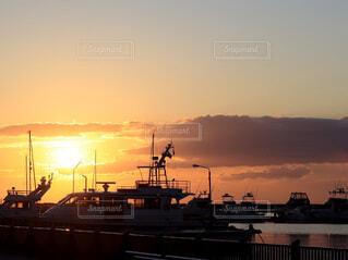 日没時の夕焼けとボートの写真・画像素材[4819325]