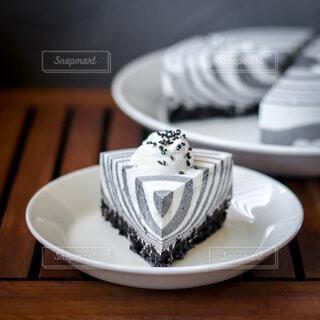 テーブルの上の手作りしましまレアチーズケーキの写真・画像素材[4820595]