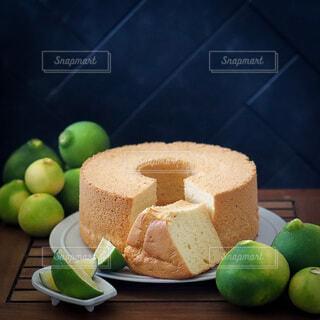 テーブルの上のシフォンケーキの写真・画像素材[4820801]