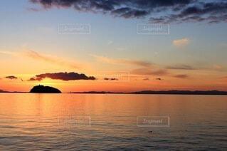 夕暮れ時の海の写真・画像素材[4846433]