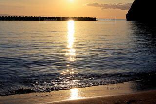 夕日の反射した海の写真・画像素材[4846442]
