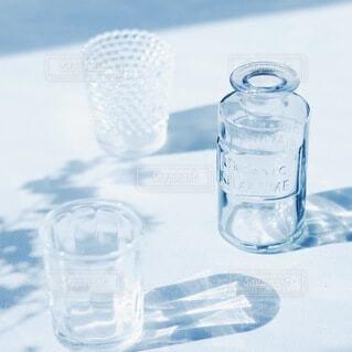 テーブルの上のガラスの写真・画像素材[4882473]