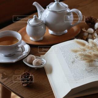 テーブルの上の本とティーセットの写真・画像素材[4904455]