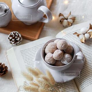 テーブルの上のクッキーと洋書とティーセットの写真・画像素材[4905125]
